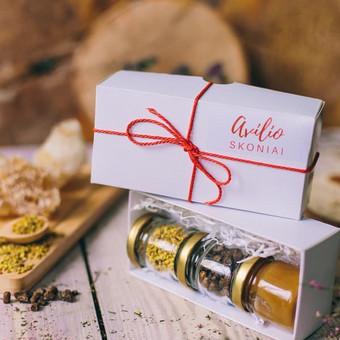 """Degustacinis sertifikuotų bičių produktų rinkinys """"Avilio skoniai"""" dovanų dėžutėje. Sudėtis ir svoris: 50 g arba 35 ml medaus; 30 g arba 35 ml žiedadulkių ir 30 g arba 35 ml bičių duonos. Kaina 5 Eur"""