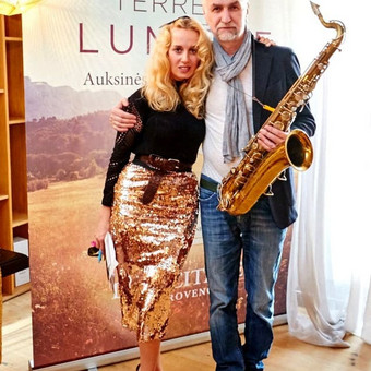 Vakaro vedėja Aurelija Tamulytė ir saksofonistas Aleksandras Lakšmanas