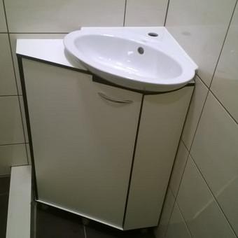 Vonios spintelė gaminta iš HPL Compact plokštės visiškai atsparios drėgmei.