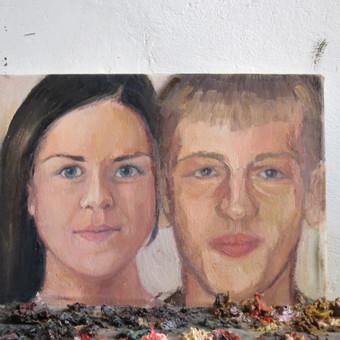 Paveikslas - dovana sesei vestuvių proga. Po to buvo įrėmintas į rausvus kreminius rėmelius. Portreto kaina - nuo 30 Eur už vieną žmogų paveiksle.