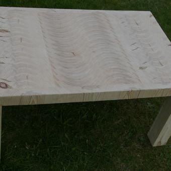 Modernus kavos staliukas iš klijuoto galinio medžio masyvo. Šonai ir kojos gilinto medienos rašto. Išmatavimai: plotis - 710; ilgis - 1110; aukštis - 550. Padengtas baldine alyva.