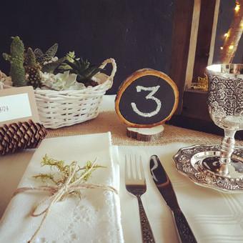 Stalo dekoracijos: stalo numeriai, vardų kortelės