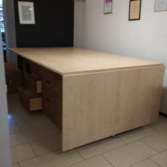 Siuvimo stalo ilgis 3240mm, plotis 1500mm, aukštis 900mm. Stalas turi dvi pakeliamas dalis, 15 stalčių, ratukų pagalba lengvai stumdomas, mobilus. Stalo viršus LMDP, stalč. fasadai - medžio masyvo.