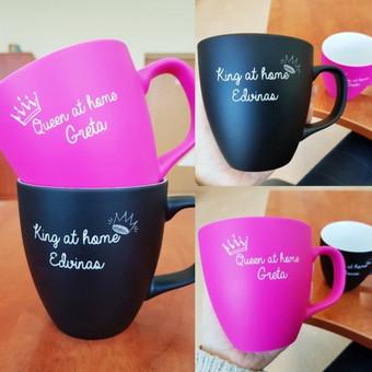 Glotnūs matiniai puodeliai, paviršius tinkamas graviravimui. Jūs galite dėti skirtingą tekstą ant kiekvieno puodelio. 13 ryškių spalvų.  10 vnt.-8 Eur/vnt; 50 vnt. - 5,80 Eur/vnt.